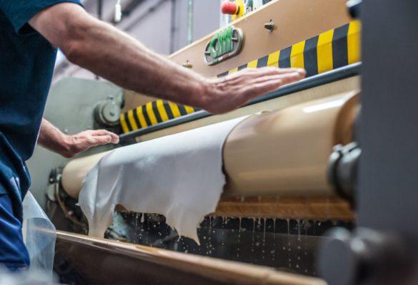 Lavorazione pelli di agnello step riconcia e tintura: messa al vento